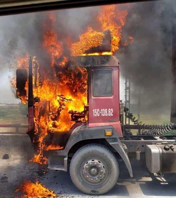 Hải Dương: Đang lưu thông trên đường, xe container bất ngờ bốc cháy dữ dội - Ảnh 1.