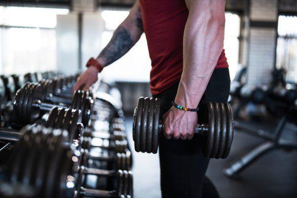 Lý do thật sự khiến việc tập gym làm nam giới dễ yếu sinh lý - Ảnh 1.