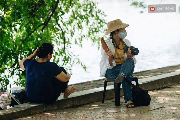 Nhiệt độ ngoài đường tại Hà Nội lên tới 50 độ C, người dân trùm khăn áo kín mít di chuyển trên phố - Ảnh 17.
