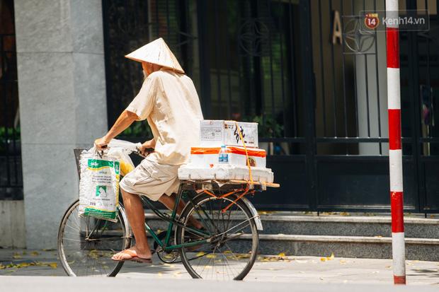 Nhiệt độ ngoài đường tại Hà Nội lên tới 50 độ C, người dân trùm khăn áo kín mít di chuyển trên phố - Ảnh 3.