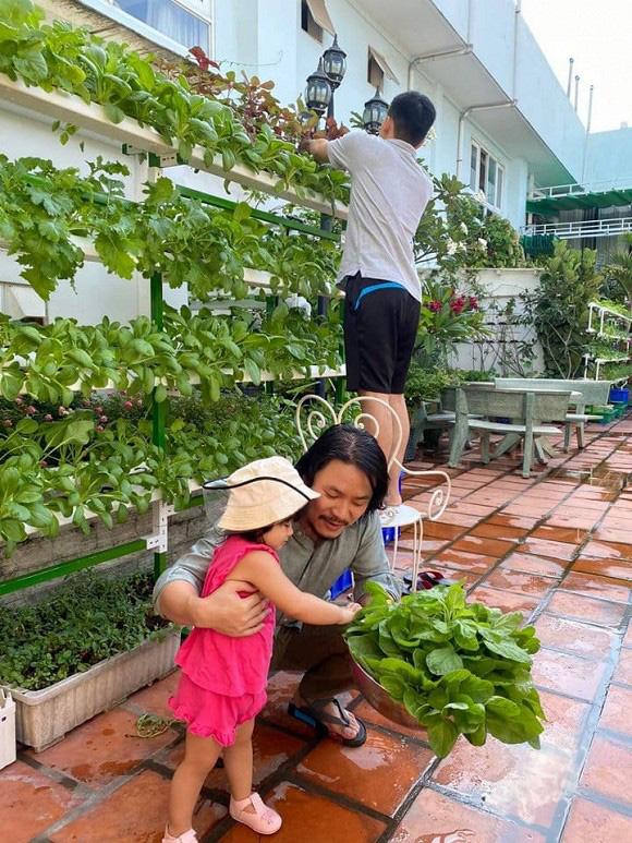 Khám phá vườn rau sạch của vợ chồng đạo diễn của các Hoa hậu Hoàng Nhật Nam - Ảnh 5.