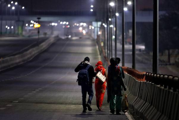 Bức ảnh người cha Ấn Độ bật khóc bên đường gây xúc động khắp thế giới - Ảnh 3.