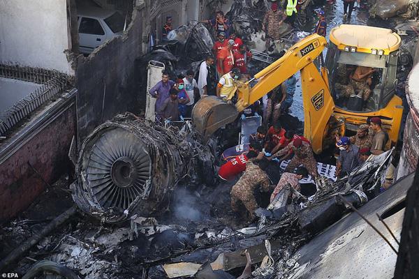 Nhiều sỹ quan quân đội, doanh nhân, nhân viên ngân hàng có mặt trong tai nạn rơi máy bay tại Parkistan ngày 22/5 - Ảnh 9.