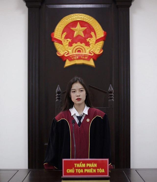 Hot girl thẩm phán lại gây sốt khi diện cảnh phục  - Ảnh 2.