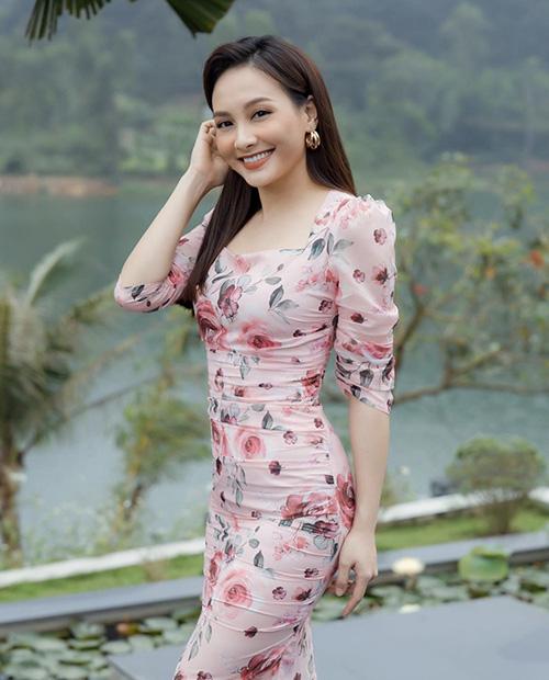 Hè đến sao Việt lăng xê váy hoa nhưng ngắm những chiếc váy hàng hiệu khủng của mẹ con chị em nhà Hà Tăng mới thấy choáng - Ảnh 12.