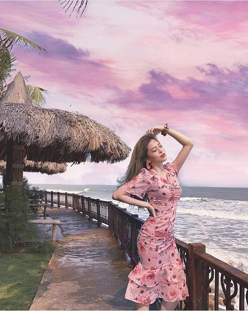 Hè đến sao Việt lăng xê váy hoa nhưng ngắm những chiếc váy hàng hiệu khủng của mẹ con chị em nhà Hà Tăng mới thấy choáng - Ảnh 13.