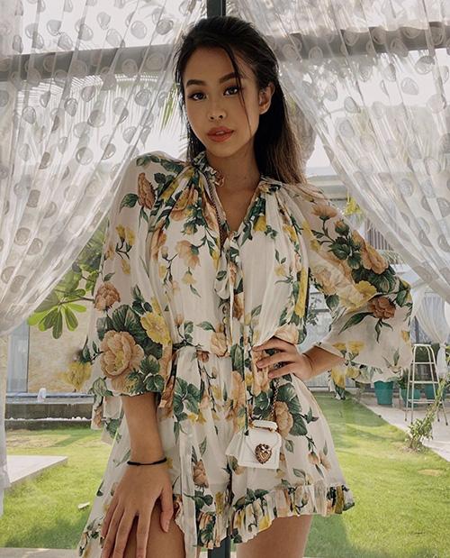 Hè đến sao Việt lăng xê váy hoa nhưng ngắm những chiếc váy hàng hiệu khủng của mẹ con chị em nhà Hà Tăng mới thấy choáng - Ảnh 1.