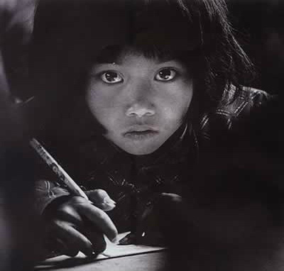 Hình ảnh cô bé nghèo có đôi mắt to từng lay động trái tim người Trung Quốc, 26 năm sau định mệnh thay đổi cuộc đời cô vì bức ảnh này - Ảnh 1.