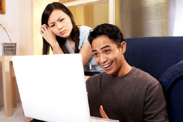 Chồng đi làm về là ôm máy tính thay vì ôm vợ - Ảnh 1.