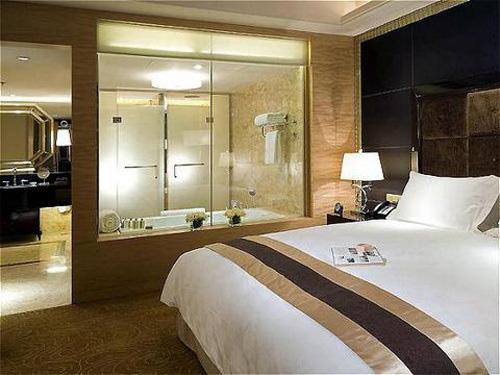 Đỏ mặt khi biết lý do các khách sạn thường lắp đặt phòng tắm kính trong suốt - Ảnh 1.