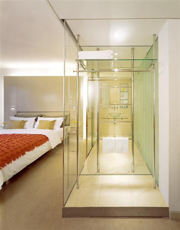 Đỏ mặt khi biết lý do các khách sạn thường lắp đặt phòng tắm kính trong suốt - Ảnh 2.