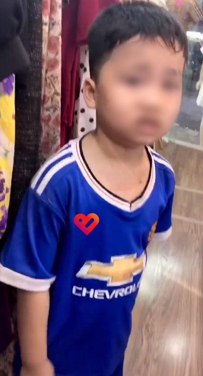 Vừa xách túi đồ ra khỏi shop quần áo, cậu bé bất ngờ bị bố vụt túi bụi, nhưng câu chuyện đằng sau mới khiến nhiều người xúc động - Ảnh 2.