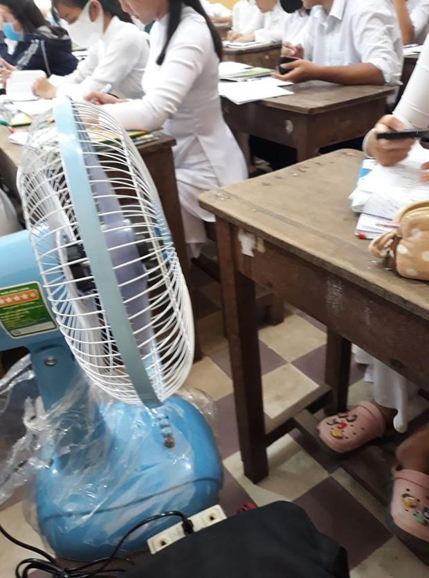 Đi học giữa mùa hè nóng chảy mỡ và đây là hàng loạt trò làm mát bá đạo của học sinh - Ảnh 1.