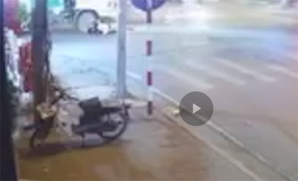 Hà Nội: Xe chở rác cán trọng thương nữ sinh sau vụ va chạm - Ảnh 1.