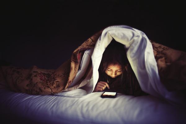 Bị đột quỵ mắt do xem Diên Hi công lược liên tục 7 ngày, chuyên gia chỉ rõ những nguy hiểm khi dùng điện thoại vào ban đêm - Ảnh 2.