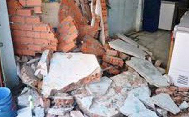 Thanh Hóa: Con trai 3 tuổi tử vong, mẹ trọng thương do giông lốc làm sập tường - Ảnh 1.