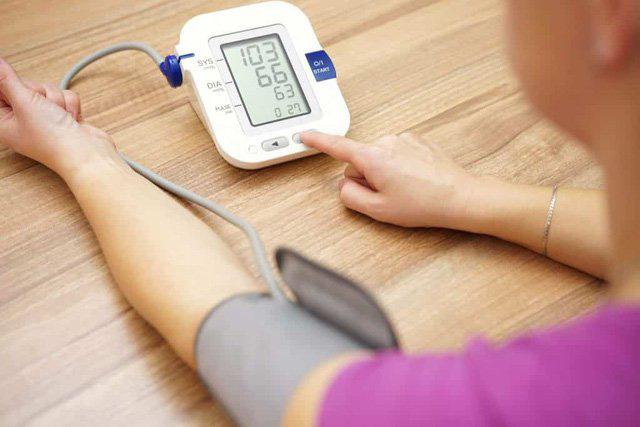 3 lưu ý trong điều trị giúp người huyết áp cao cả đời không lo đột quỵ - Ảnh 1.