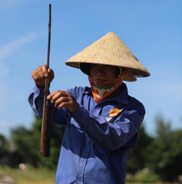 Diêm dân Hà Tĩnh vật lộn với nghề càng nắng nóng càng có thêm thu nhập - Ảnh 10.