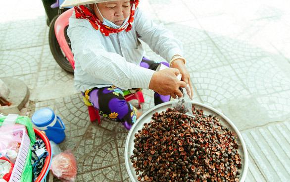 Hàng ốc xào bậc nhất Sài Gòn: Suốt 2 đời chỉ bán 1 món - Ảnh 8.