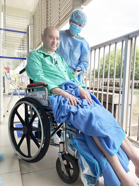 Thứ trưởng Bộ Y tế: Hy vọng 10 ngày nữa bệnh nhân phi công đủ điều kiện hồi hương  - Ảnh 1.