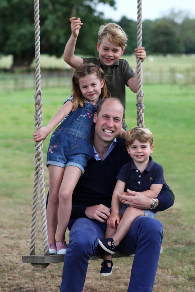 Dân mạng thích thú khi phát hiện Công chúa Charlotte - con gái của Hoàng tử William giống bà nội quá cố như đúc - Ảnh 1.