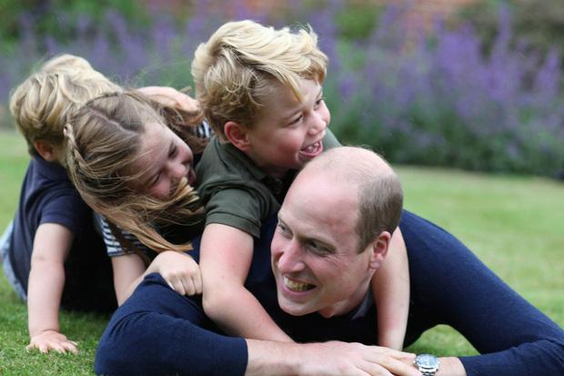 Dân mạng thích thú khi phát hiện Công chúa Charlotte - con gái của Hoàng tử William giống bà nội quá cố như đúc - Ảnh 2.