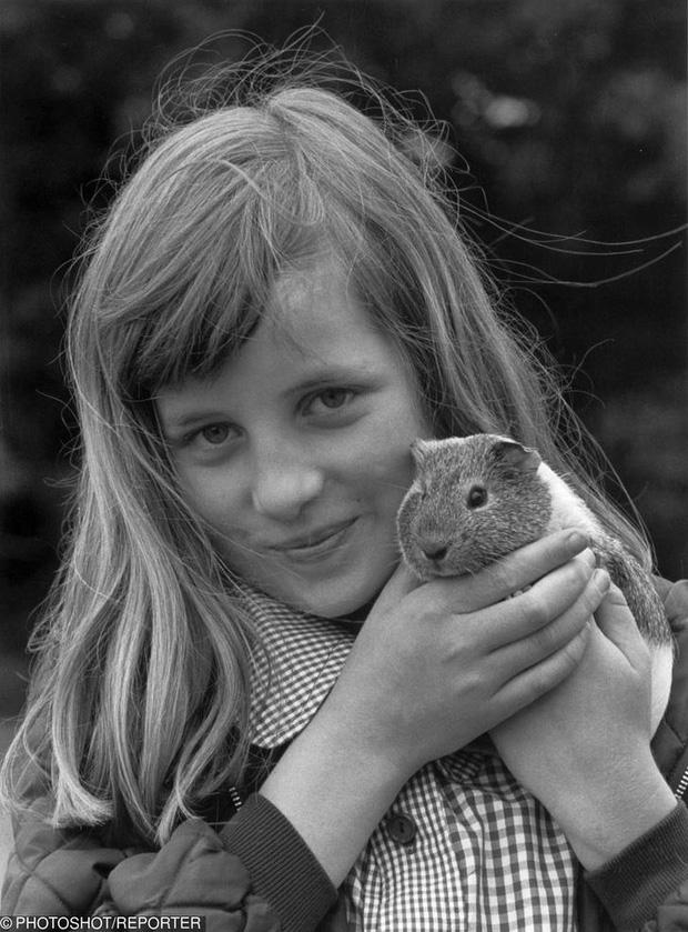 Dân mạng thích thú khi phát hiện Công chúa Charlotte - con gái của Hoàng tử William giống bà nội quá cố như đúc - Ảnh 3.