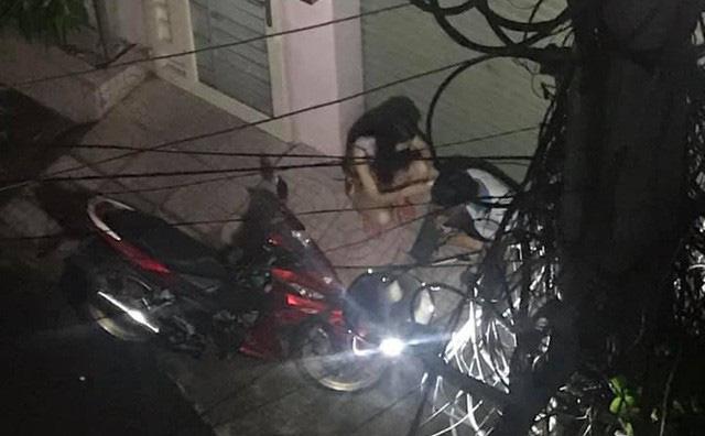 Cặp đôi lúi húi ngồi trước cửa nhà cô gái nửa đêm, hành động của họ khiến người chứng kiến bất ngờ - Ảnh 1.