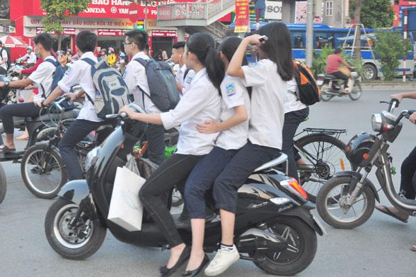 Học sinh sắp hết cửa vô tư chạy xe đạp điện, xe máy - Ảnh 1.