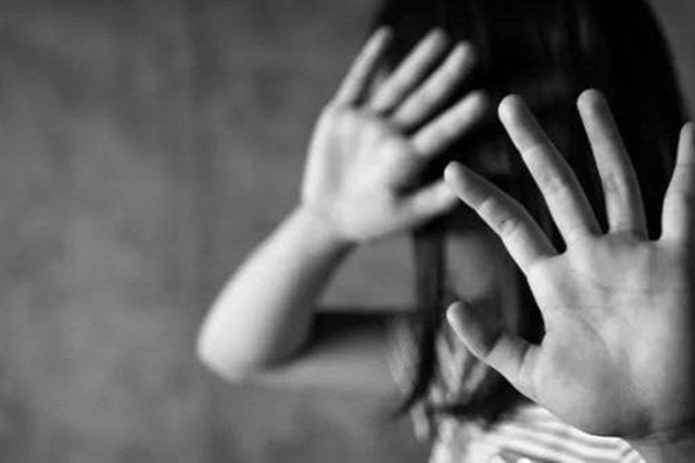 """Cô giáo lúng túng khi bé gái lớp 1 bị anh lớp 6 """"quấy rối"""" trong thang máy  - Ảnh 1."""