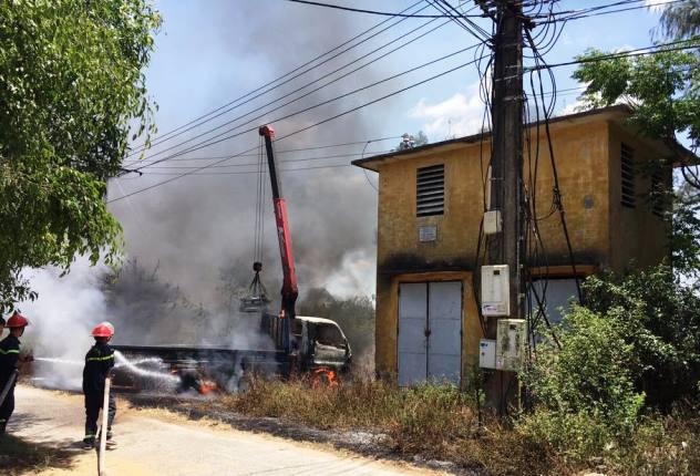 Nghệ An: Xe tải cẩu vướng dây điện bốc cháy, tài xế tử vong tại chỗ - Ảnh 1.