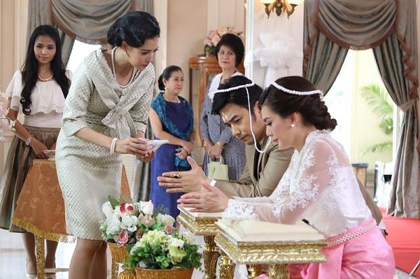 Trong ngày cưới, quan khách ngỡ ngàng với quà khủng mà mẹ chồng trao cho con dâu nhưng chỉ có tôi là biết sự thật - Ảnh 1.