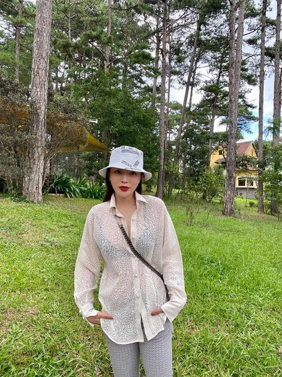 Trang phục gây nhức mắt của Hoa hậu Kỳ Duyên: Hết xuyên thấu lộ nội y đến hình in nhạy cảm - Ảnh 3.