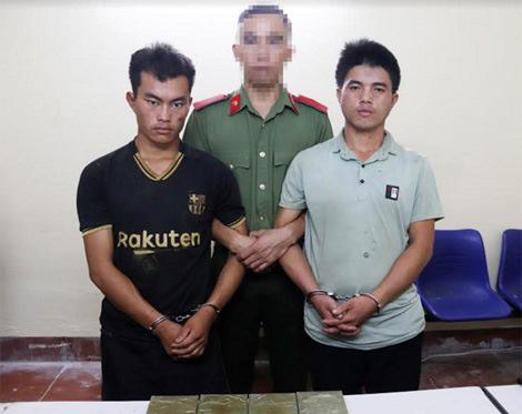2 thanh niên mua 4 bánh heroin từ một người không quen biết - Ảnh 1.