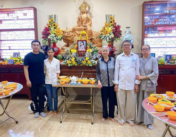 Bố mẹ Phùng Ngọc Huy thay mặt con trai làm lễ cúng 100 ngày cho Mai Phương, xuất hiện bên bảo mẫu bé Lavie - Ảnh 1.