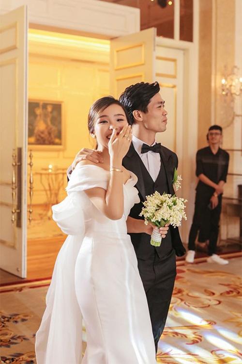 Công Phượng và vợ cười, khóc trong lễ đính hôn - Ảnh 1.