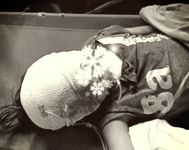 Xót xa bé trai 7 tuổi theo mẹ đi làm gạch bị tai nạn thương tâm - Ảnh 1.