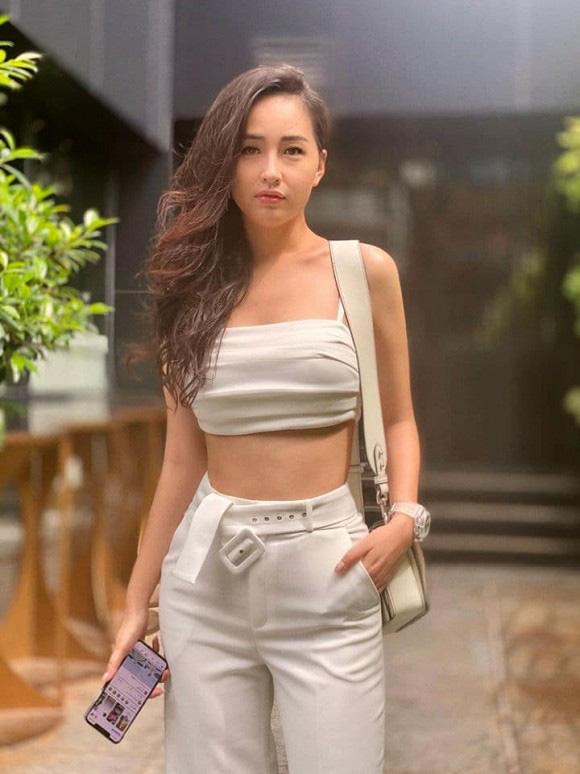 Từng bị stress vì bụng mỡ nay Mai Phương Thúy khiến fans xốn xang vì vòng eo bé tí - Ảnh 2.
