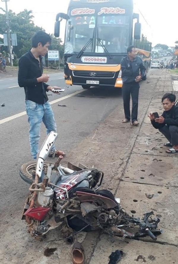 Tông trực diện xe khách, người đàn ông đi xe máy bị cuốn tử vong - Ảnh 1.