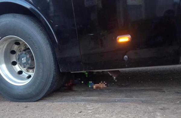 Tông trực diện xe khách, người đàn ông đi xe máy bị cuốn tử vong - Ảnh 2.