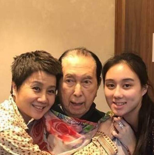 Vua sòng bài Macau có thể sinh đứa con gái út xinh xắn và giỏi giang ở tuổi 78, nhiều năm sau vợ Tư mới tiết lộ nguyên nhân - Ảnh 2.