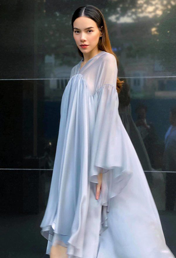 Kiểu váy liền được Hà Hồ ưu ái, mặc đi du lịch biển vừa đẹp lại khỏi lo đen da - Ảnh 1.