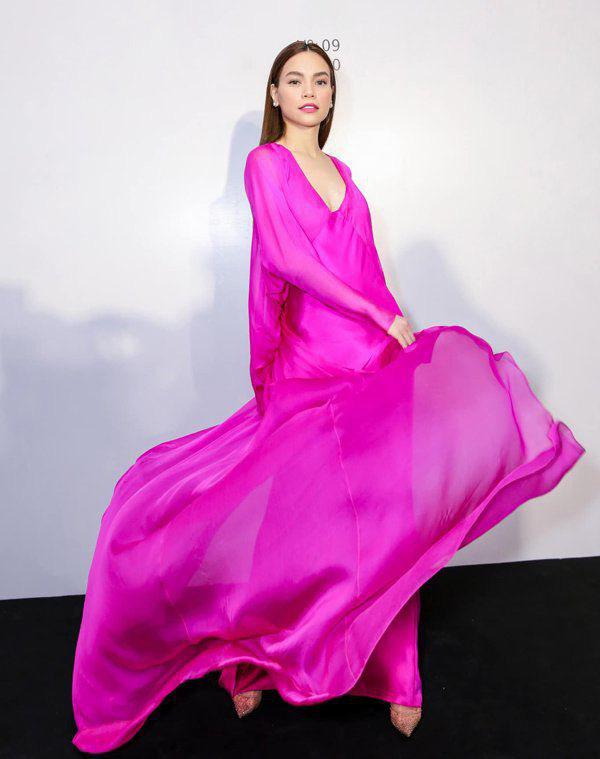 Kiểu váy liền được Hà Hồ ưu ái, mặc đi du lịch biển vừa đẹp lại khỏi lo đen da - Ảnh 2.