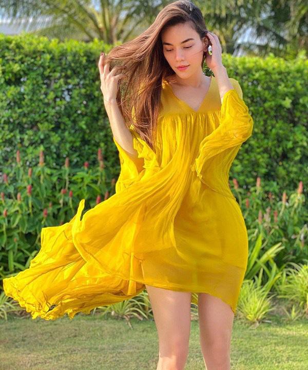 Kiểu váy liền được Hà Hồ ưu ái, mặc đi du lịch biển vừa đẹp lại khỏi lo đen da - Ảnh 3.