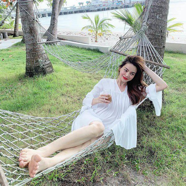 Kiểu váy liền được Hà Hồ ưu ái, mặc đi du lịch biển vừa đẹp lại khỏi lo đen da - Ảnh 5.