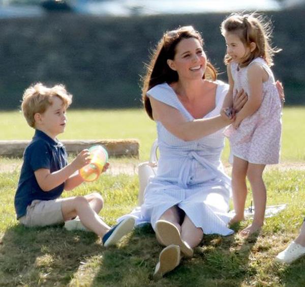 Nhìn hình ảnh Công nương Kate cưng nựng con, dân mạng lại tức giận với phát ngôn của Meghan Markle - Ảnh 2.