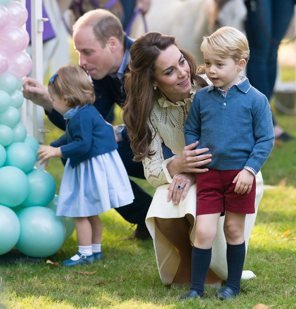 Nhìn hình ảnh Công nương Kate cưng nựng con, dân mạng lại tức giận với phát ngôn của Meghan Markle - Ảnh 5.