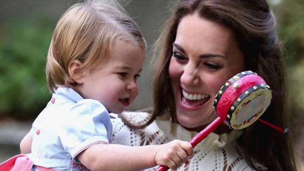 Nhìn hình ảnh Công nương Kate cưng nựng con, dân mạng lại tức giận với phát ngôn của Meghan Markle - Ảnh 7.