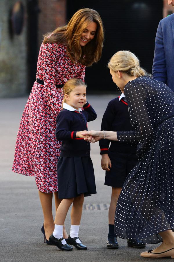 Nhìn hình ảnh Công nương Kate cưng nựng con, dân mạng lại tức giận với phát ngôn của Meghan Markle - Ảnh 8.