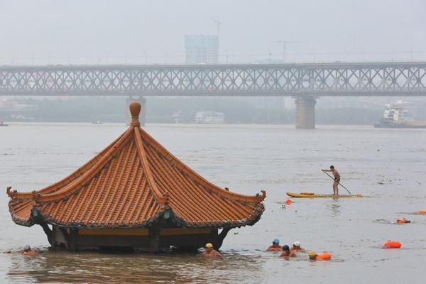 Lũ lụt tang thương ở Trung Quốc: 141 gười chết, di sản cầu cổ 800 năm tuổi bị phá hủy - Ảnh 3.